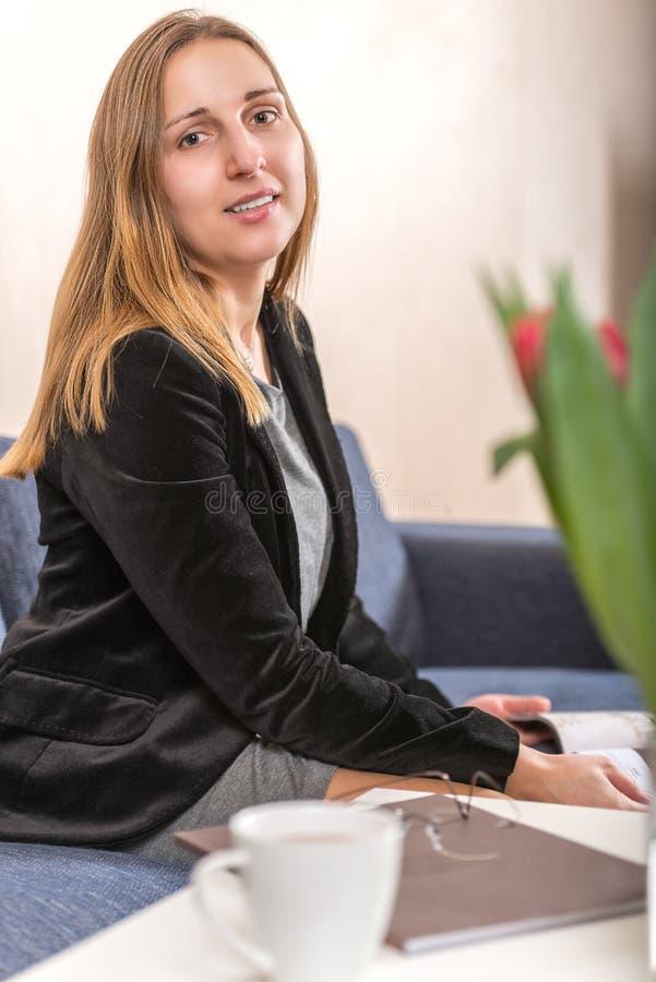 Elegancko ubierający młody brunetki kobiety vertical obrazy royalty free