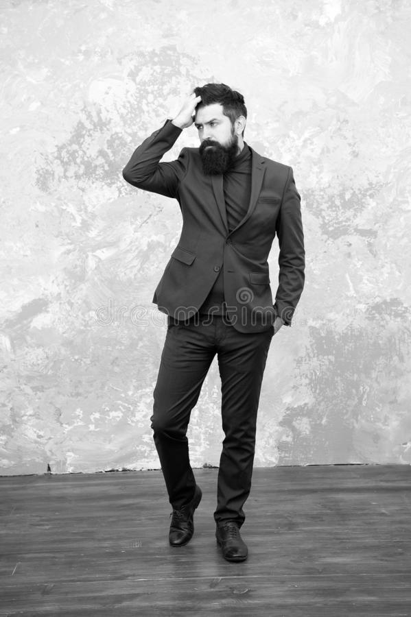 Elegancy et style masculin Fond gris d'?quipement ? la mode d'homme d'affaires ou d'h?te Concept de mode Style chic Homme photographie stock libre de droits