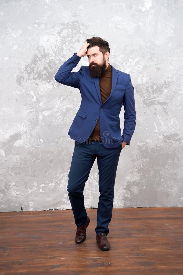Elegancy och manlig stil Affärsman eller bakgrund för trendig dräkt för värd grå för begreppsframsida för skönhet blå ljus kvinna arkivbilder