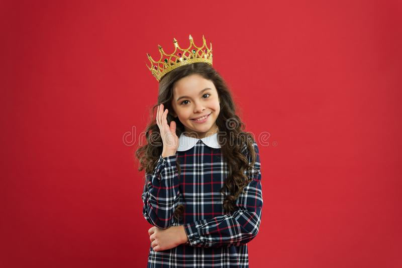 Elegancydräkt henne Ungen bär guld- kronasymbol av prinsessan Varje flicka som drömmer för att bli prinsessa Dam lite royaltyfri fotografi