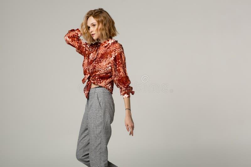 elegand美丽的年轻女人侧视图画象有金发的 免版税图库摄影
