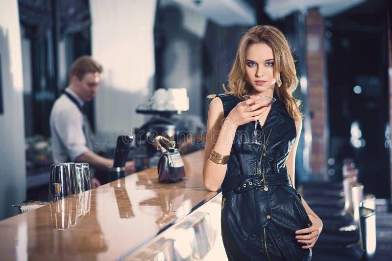 elegand白肤金发的妇女浪漫画象,豪华酒吧的 库存图片