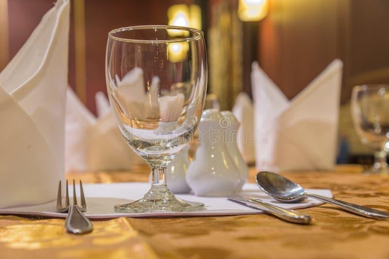 Elegans av exponeringsglas på tabellaktiveringen för dinning rum arkivbild