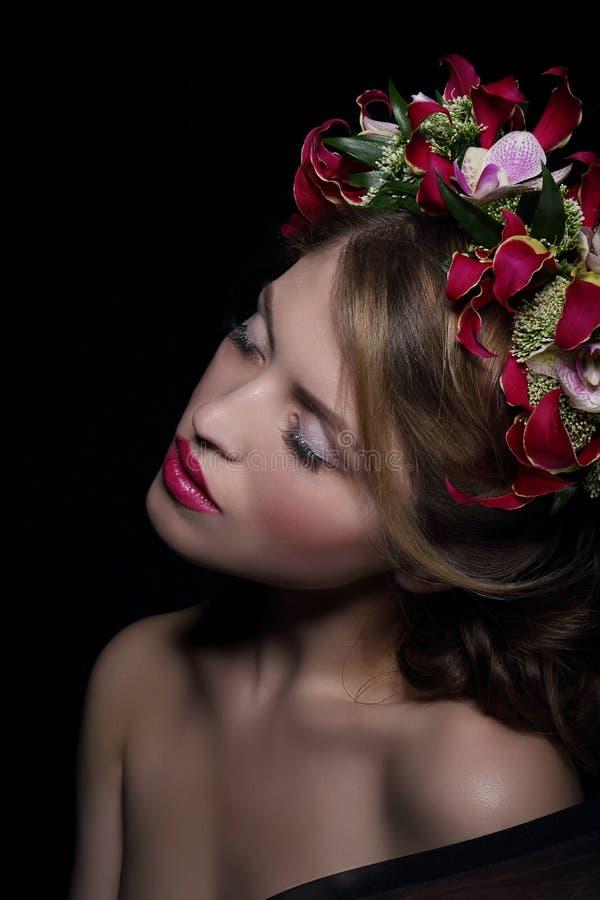 elegans _ Drömlik kvinna med kransen av blommor royaltyfri bild