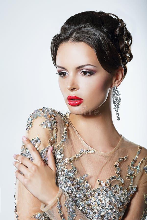 Elegans. Lyxig bra seende kvinna i klänning med paljetter och juvlar fotografering för bildbyråer