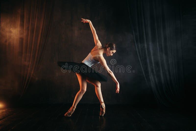 Elegansballerina i handling på scenisk etapp royaltyfri fotografi