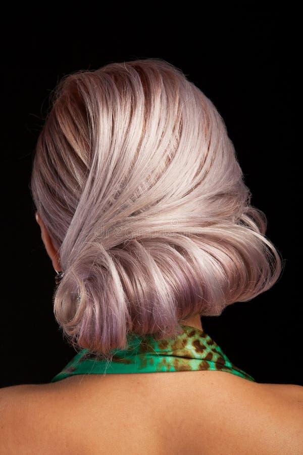 Elegansstil av h?r p? en h?rlig ung kvinna i studiobakgrund fotografering för bildbyråer
