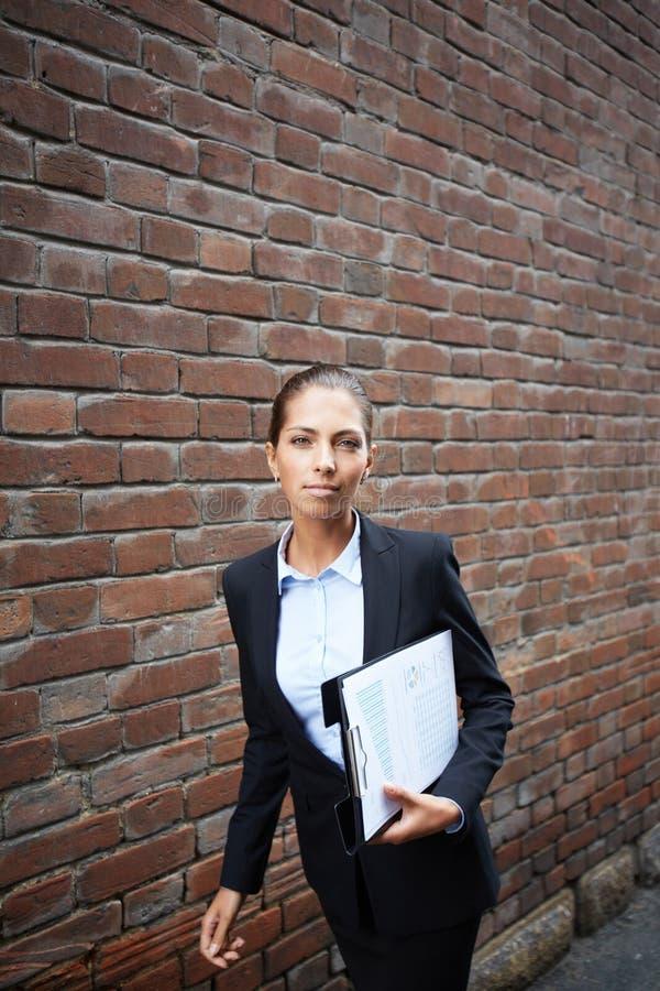 Elegant affärskvinna royaltyfri foto