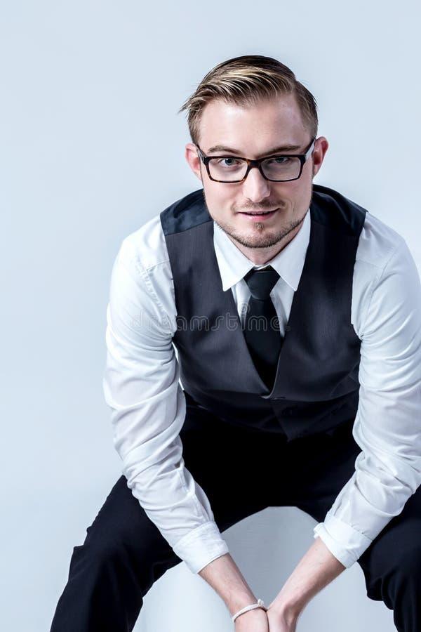 Elegant affärsman med exponeringsglas arkivbilder