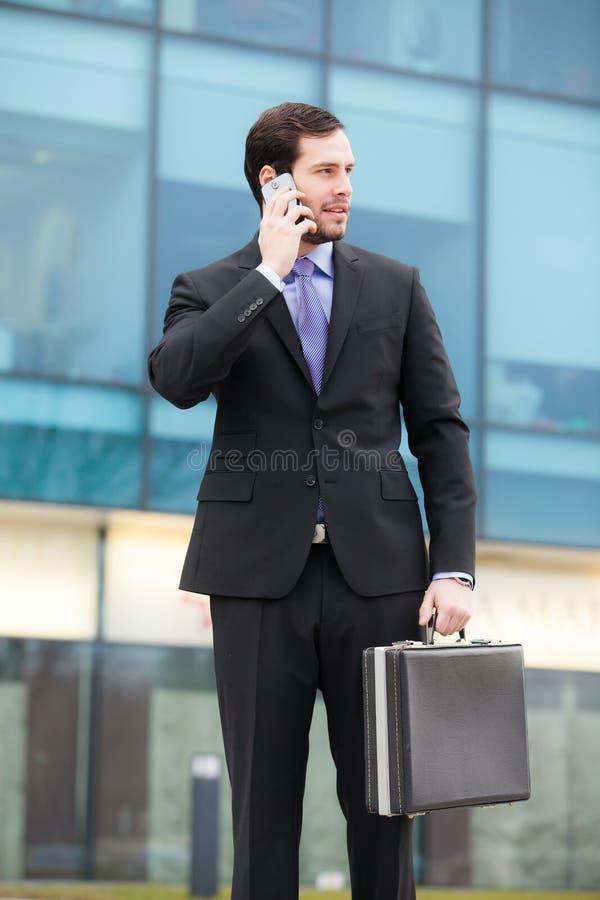 Download Elegant Affärsman Som Ser Hans Klocka Fotografering för Bildbyråer - Bild av person, högbarmad: 37345123