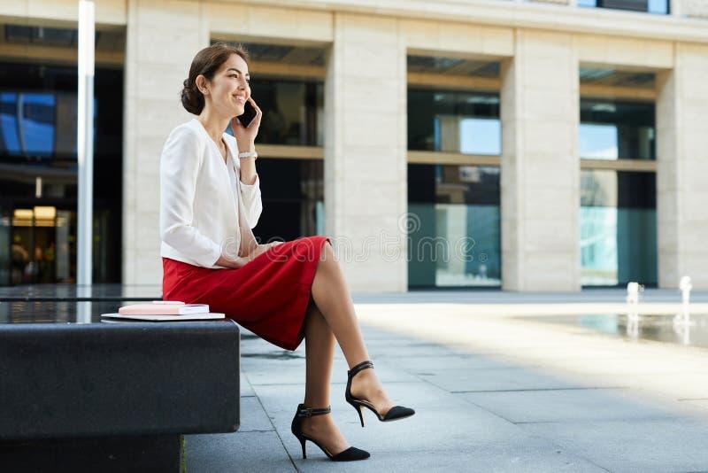 Elegant aff?rskvinna Speaking vid telefonen royaltyfria foton