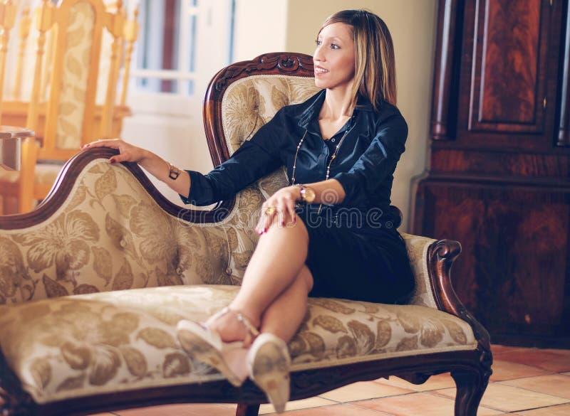 Elegant afrikansk amerikankvinna royaltyfria bilder