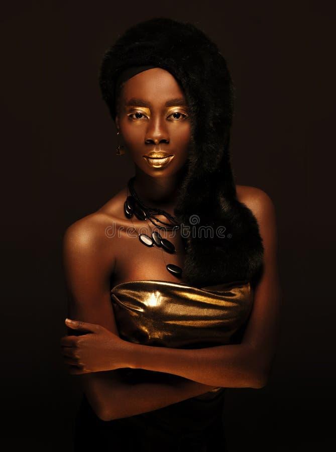 Elegant afrikansk härlig kvinna i svart pälshatt arkivbild
