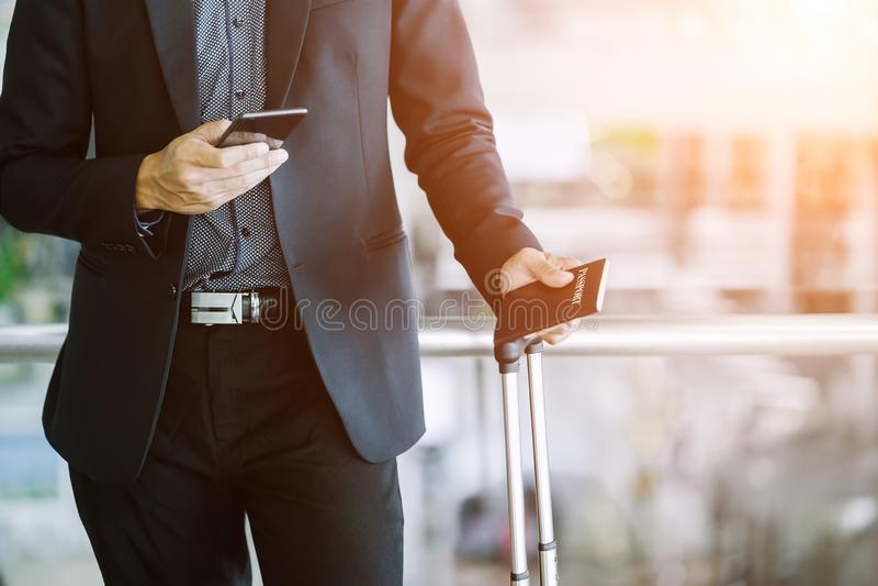 Elegant asiatisk affärsman som kontrollerar emailen på mobiltelefonen arkivbilder