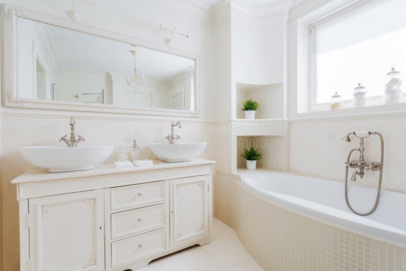 Elegant badrum med vita monteringar fotografering för bildbyråer