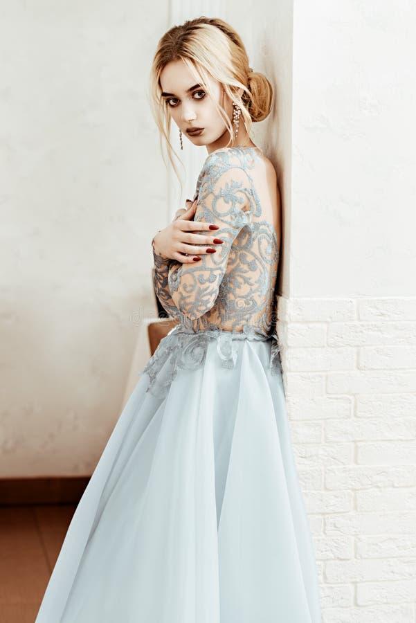 Elegant blåttklänning arkivbilder