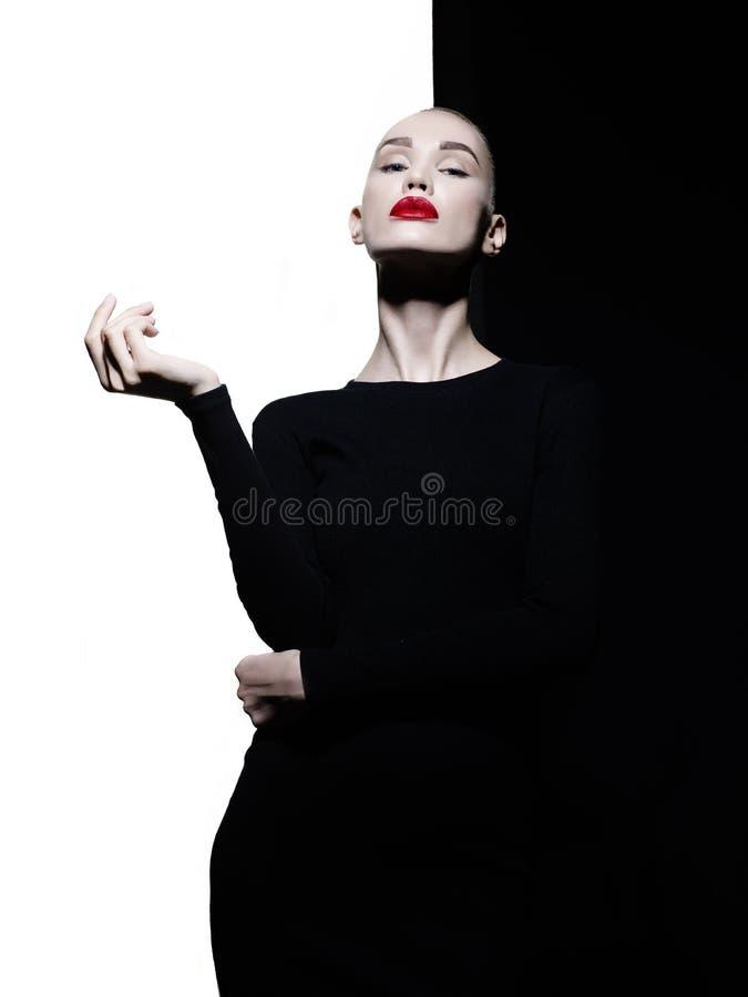 Elegant blode i geometrisk svartvit bakgrund arkivfoton
