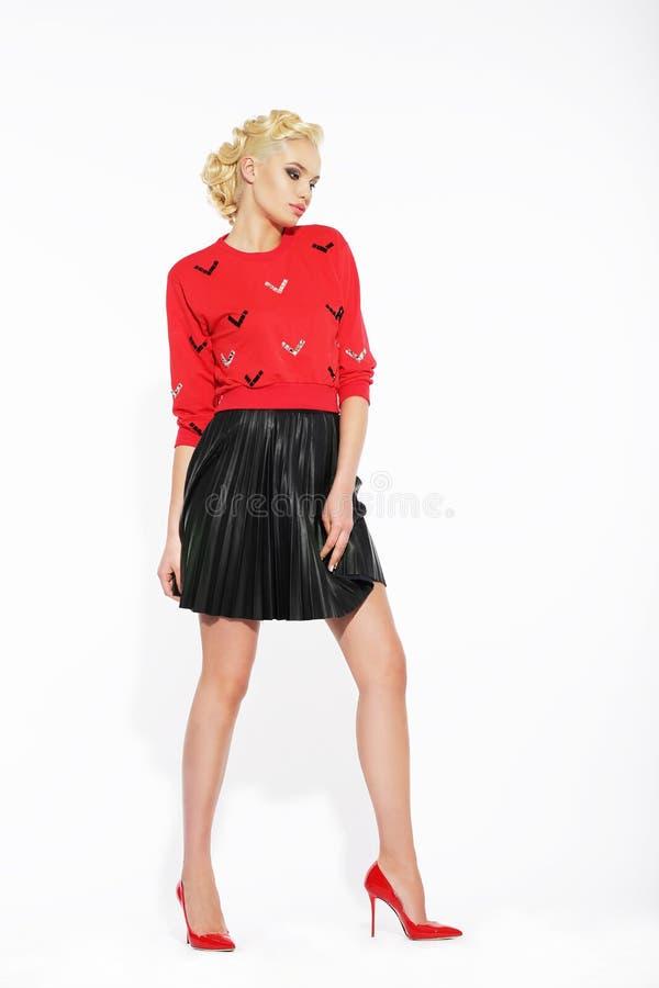 Elegant Blonde in Zwarte Rok Met stroken en Rode Blouse royalty-vrije stock foto's