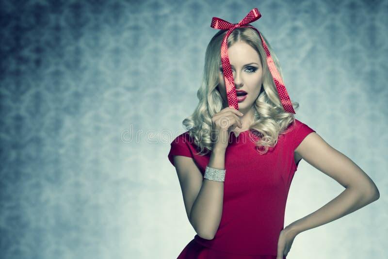 Elegant blondemeisje zoals een Kerstmisgift stock fotografie