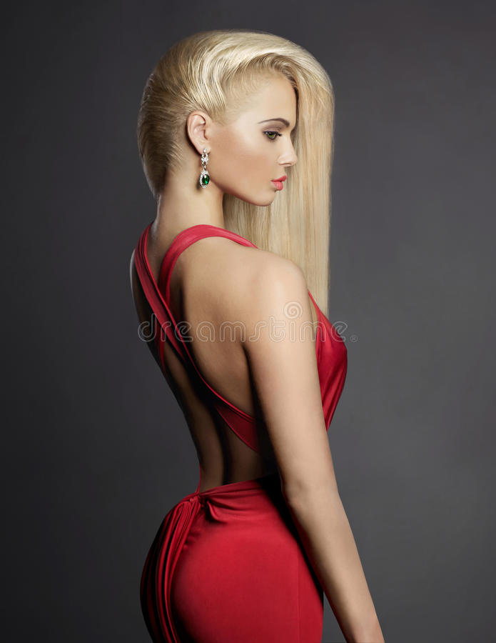 Elegant blondin med långa hår fotografering för bildbyråer