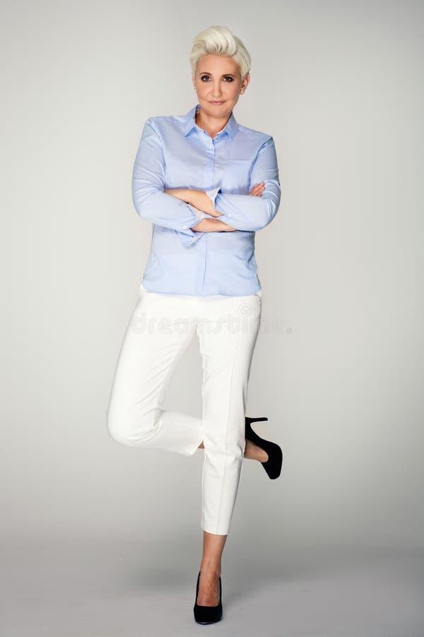 Elegant blont posera för affärskvinna royaltyfria bilder