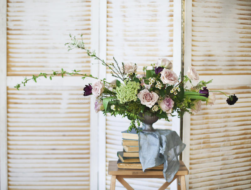 Elegant boeket van roze bloemen en oude boeken royalty-vrije stock foto's