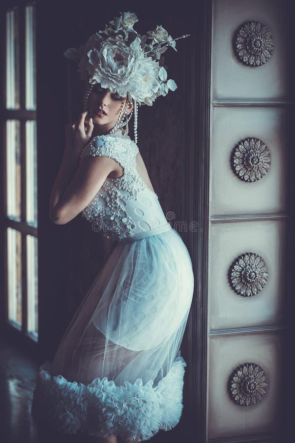 Elegant bröllopsklänning och krona ursnygg kvinna Mjuk brud in royaltyfri fotografi
