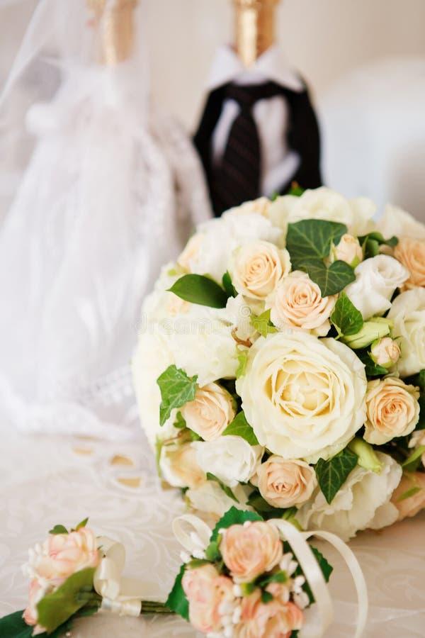 Elegant brud- bukett- och brudgums boutonniere av rosor royaltyfria bilder