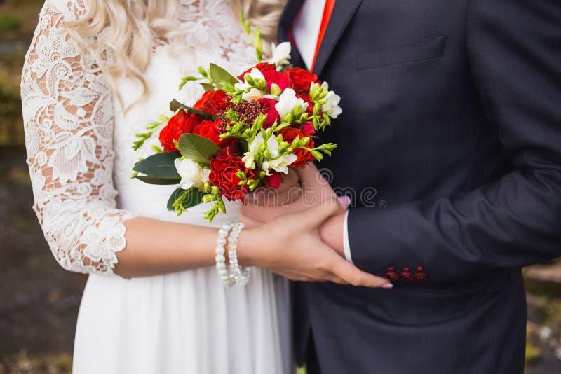 Elegant brud och brudgum som tillsammans utomhus poserar arkivbilder