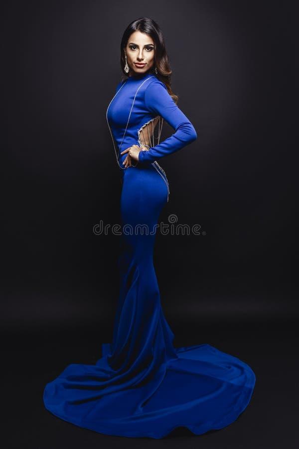 Elegant brunett i lång klänning royaltyfria foton