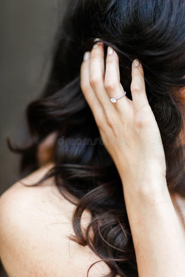 Elegant brunettbrud som förbereder sig för att gifta sig och cirkel på hennes arm Bröllopmorgon royaltyfri foto