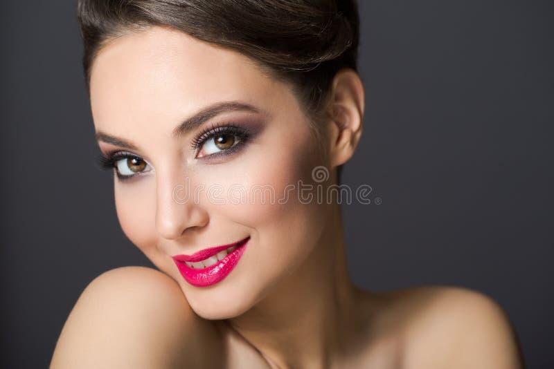 Elegant brunettsk?nhet royaltyfria bilder