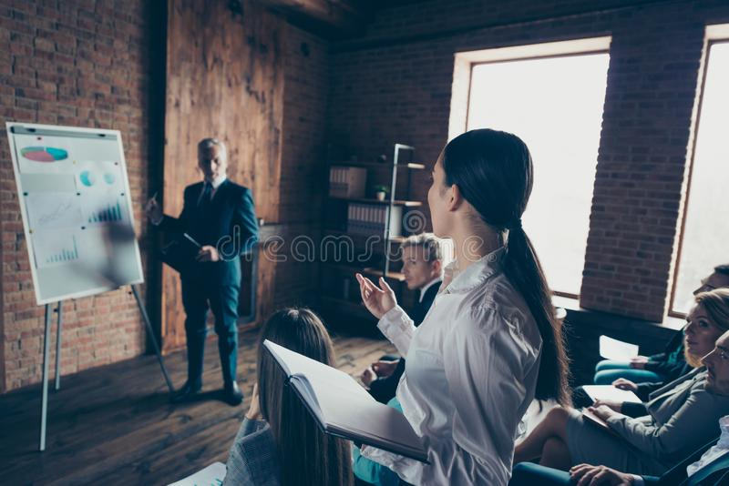 Elegant chic stilfull flott ledning för affärsfolk som lyssnar till högtalarepresentatördeltagaren i utbildning som visar finansi arkivbild