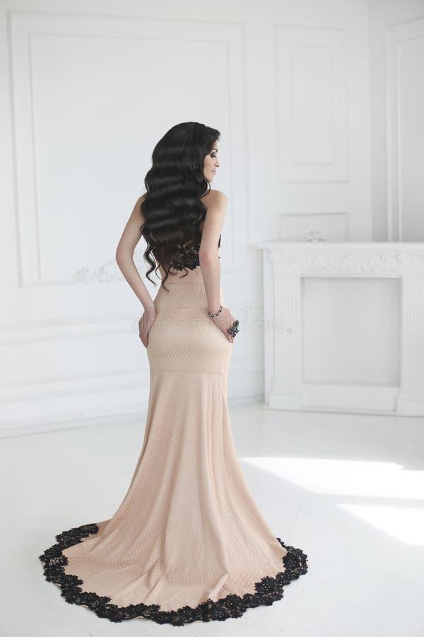Elegant dam i klänning Härlig modebrunettkvinna i studentbal arkivbild