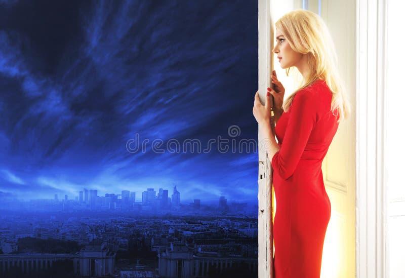 Elegant dam som håller ögonen på panoraman av en stad royaltyfri foto