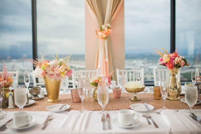 Elegant dekor och höjdpunkter för tabell för bröllopmottagande arkivbild