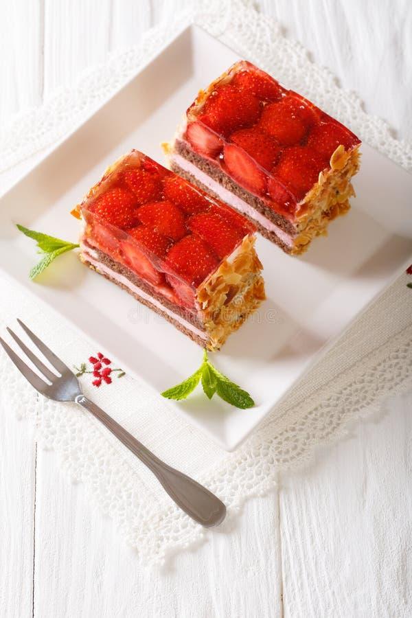 Elegant dessert: de cakeclose-up van de aardbeichocolade op een plaat royalty-vrije stock afbeelding