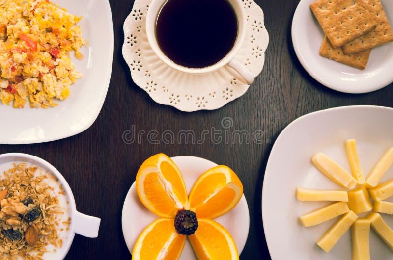 Elegant die ontbijtconcept hierboven wordt gezien van, koffie stock foto