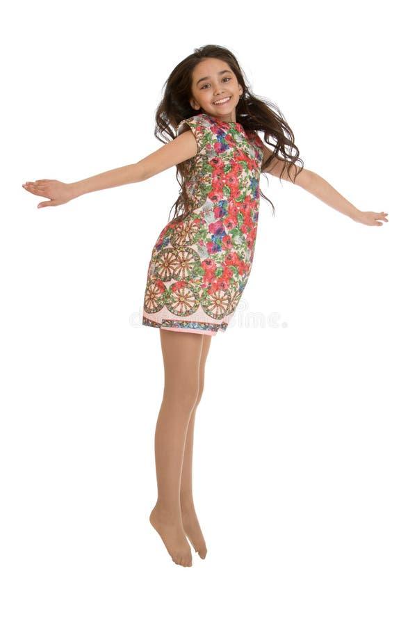 Elegant donker-haired meisje in een mooie zijde royalty-vrije stock afbeeldingen