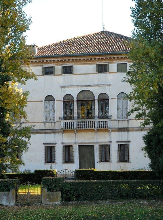 Elegant fasad av en villa som lokaliseras i den högra banken av Brentaen i byn av Mira i landskapet av Venedig i Venetoen ( royaltyfria bilder