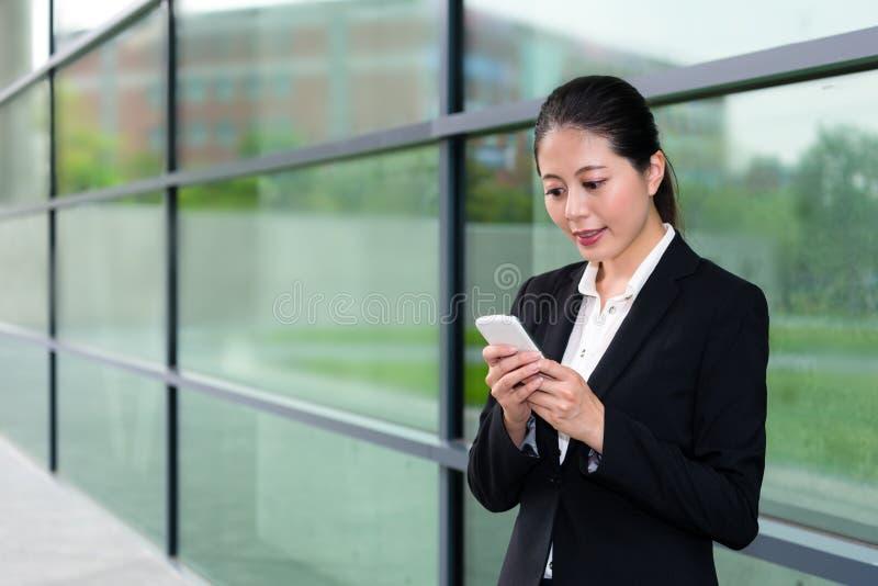 Elegant flicka för kontorsarbetare som använder den mobila mobiltelefonen royaltyfria bilder