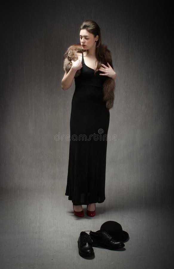 Elegant flicka med päls på skuldra arkivfoto