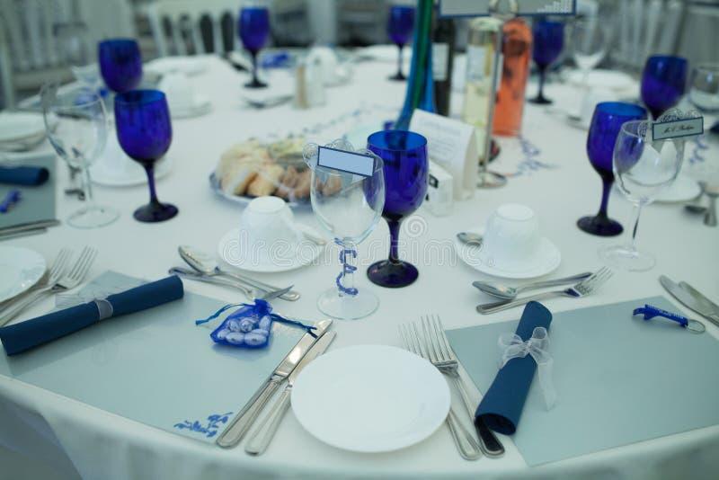 Elegant formell tabell på ett bröllopmottagande royaltyfria foton