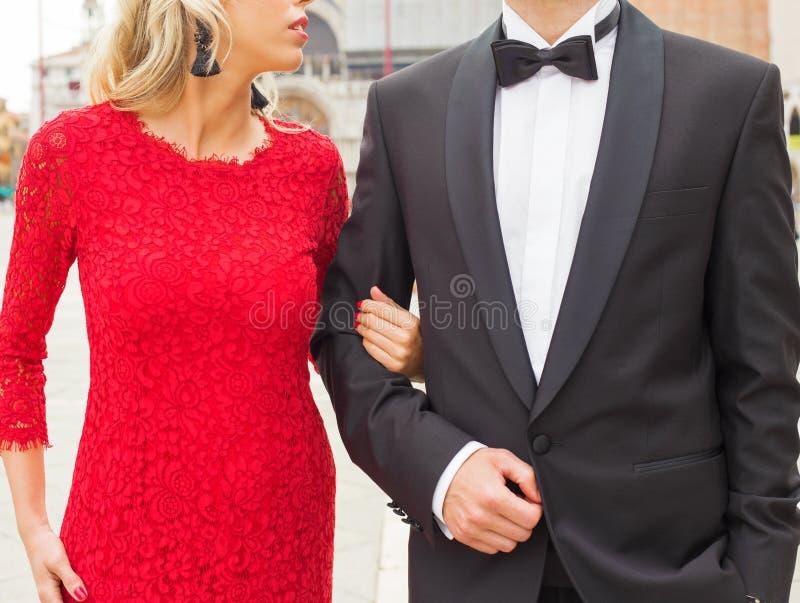 Elegant gekleidete Paare stockfotografie