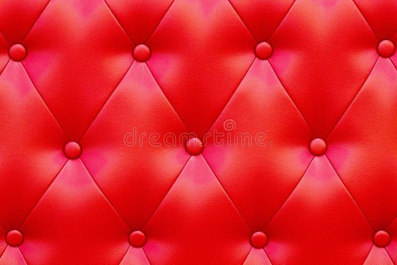 Elegant genomdränkt glansig röd lädertextur av soffastol arkivbild