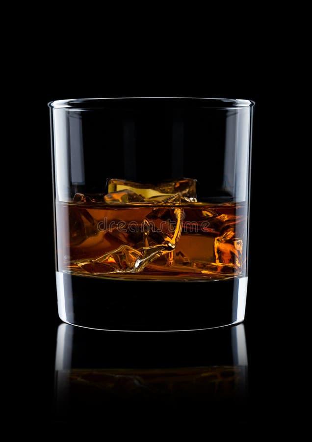 Elegant glas whisky met ijsblokjes royalty-vrije stock fotografie