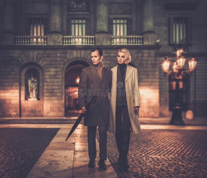 Elegant goed-gekleed paar in openlucht stock foto