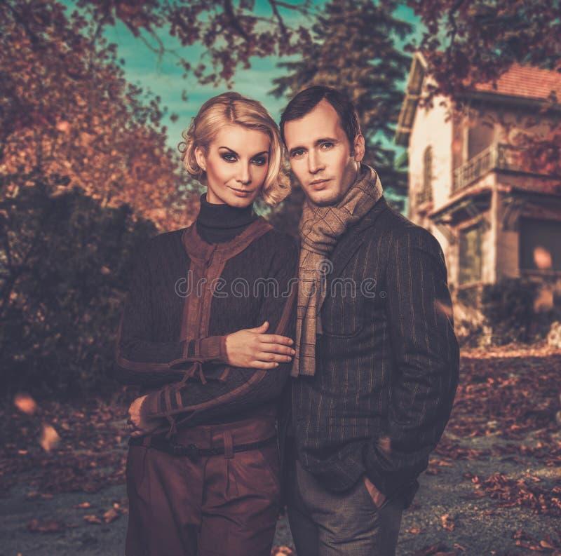 Elegant goed-gekleed paar in openlucht stock fotografie