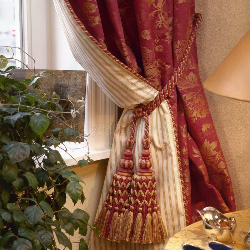 Elegant gordijn en venster stock fotografie