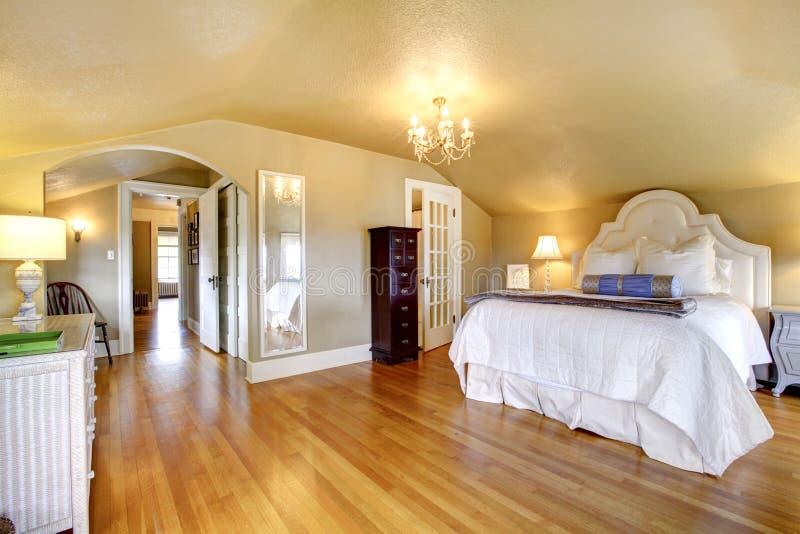 Elegant gouden de slaapkamerbinnenland van de luxe stock foto's